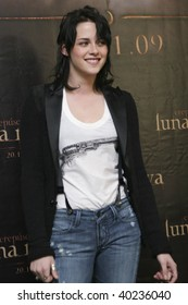 """MEXICO CITY-NOV 3: Actress Kristen Stewart attends the premiere for  """"The Twilight saga: New Moon"""" Photo Call at 4 Seasons Hotel Mexico in November 3th 2009; Mexico City, Mexico."""