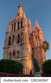 Mexico, San Miguel de Allende, Early morning light on Parroquia de San Miguel Arcangel Cathedral on the center square