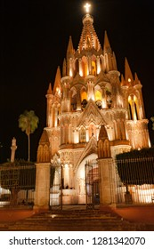 Mexico, San Miguel de Allende, Parroquia de San Miguel Arcangel cathedral on the center square in San Miguel de Allende lit up at night