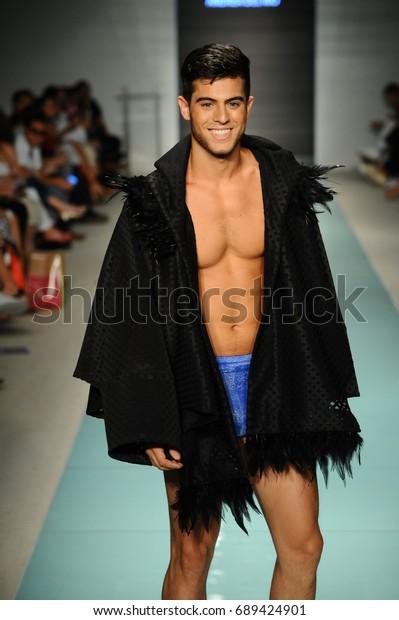 Miami Fl July 20 Model Walks Stock Photo Edit Now 689424901