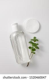 Micellar reinigt Wasser und Scheiben, um Kosmetika zu entfernen und die Haut auf Grau zu reinigen. Leerzeichentext kopieren