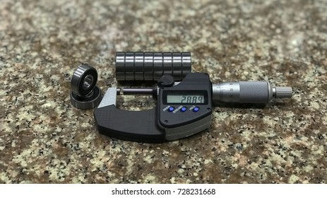 Micrometer check the bearing background of the picture is basically marble.