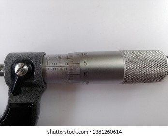 Micrometer, the main scale micrometer and scale vernier are used to practice reading from this type of tool, reading the value of 9.040 millimeters.