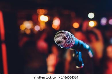 Micrófono. Cierre de micrófono. Un pub. Barra. Un restaurante. Música clásica. Música.