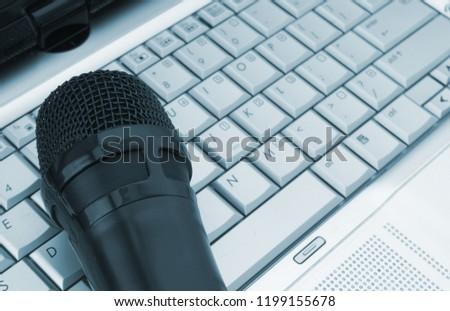 microphone-on-laptop-computer-keyboard-4