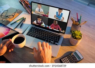 Mittlerer Teil des Lehrers, der eine Videokonferenz mit mehreren Schülern auf Laptop in der Schule hat. Online-Bildungskonzept für Fernunterricht