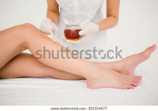 Mittlere Sektion des Therapeuten, der die Frauen wacht, Bein im Spa-Zentrum