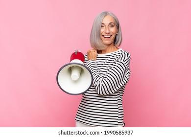 mittelalterliche Frau, die sich glücklich, positiv und erfolgreich fühlt, motiviert, wenn sie vor einer Herausforderung steht oder gute Ergebnisse mit einem Megaphon feiern kann