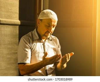 Mittelalter muslimischer Mann beten in der Moschee und Sonnenlicht fällt aus dem Fenster