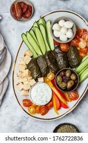 Nahost-Meze-Platine mit Gemüse, Käse, Crowd und Ttzatziki-Sauce