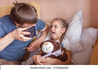 Mittlerer Vater, der sich den Bildschirm des Smartphones anschaut und sich zu Hause mit einem Arzt berät, Telemedizin während des Absturzes, Ferngespräche, Anwendungen für moderne medizinische Versorgung