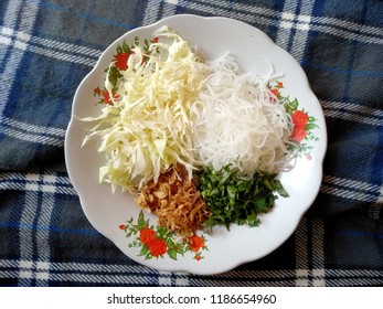 mie, bawang goreng, daun seledri dan daun kol or noodles, fried onions, celery leaves and cabbage leaves, including kitchen spices to make soto. traditional indonesian culinary food.