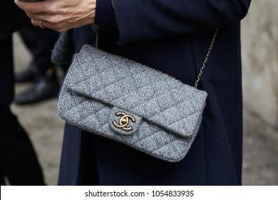 b453311f926e ... canvas bag before Max Mara fashion show