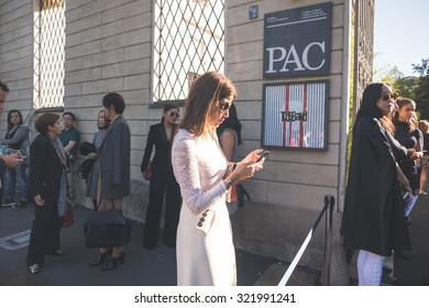 MILAN, ITALY - SEPTEMBER 25: People during Milan Fashion week, Italy on SEPTEMBER 25, 2015. Eccentric and fashionable people waiting for models and vips outside city during Milan fashion week