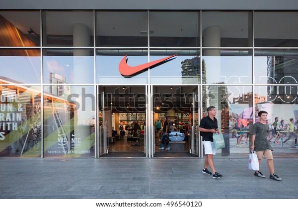 libro de texto Matón constructor  Milan Italy September 27 2016 Nike Stock Photo (Edit Now) 496540120