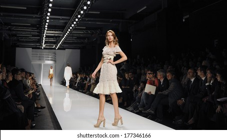 MILAN,ITALY-SEPTEMBER 28, 2009: Models runway catwalk during the Mariella Burani spring-summer fashion collection.