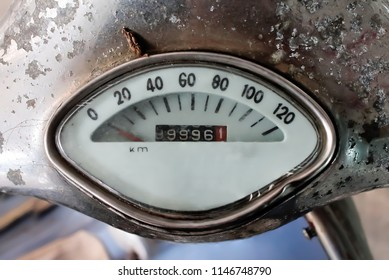 Mileage of the old motorcycle is also an analog system, which uses a gear mechanism to work.