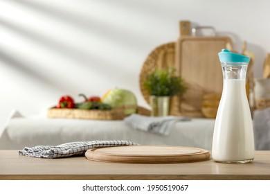 Milch auf dem Tisch in der Sommerküche, bereit zum Frühstück