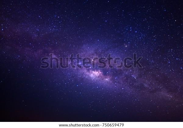 Млечный путь галактики со звездами и космической пылью во Вселенной, Длинная экспозиция фотографии, с зерном.