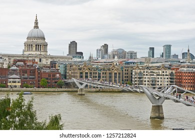 THE MILLENNIUM BRIDGE, THAMES EMBANKMENT, LONDON. AUGUST 2018. The Millennium Footbridge a suspension bridge over the River Thames, St Pauls and the skyline of the City of London from the Tate Modern.