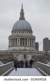 Millennium Footbridge, London, UK. 10th January 2017. Groups of commuters and pedestrians cross the Millennium Bridge on a grey January morning with the dome of St Pauls Cathedral in the distance