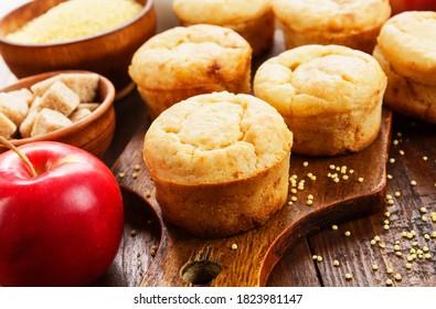 Millet muffins aux pommes sur la table