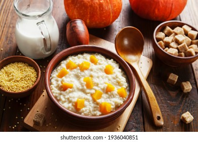 Porridge de mil avec citrouille et lait dans une casserole sur la table