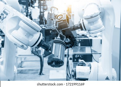 The milling spindle attached with the robotics arm  finishing cut  the aluminium transmission parts by slid endmill tool. The smart automotive factory use the robotics system for manufacturing process