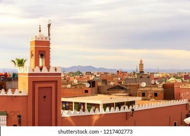 Torre minarete en la histórica ciudad amurallada (medina) en Marrakech. Marruecos