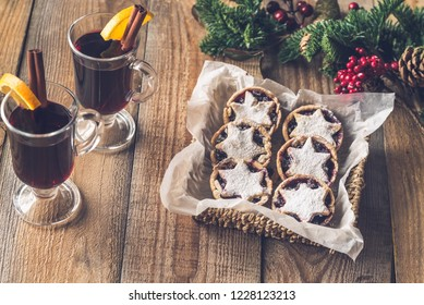 Mince pies with mulled wine
