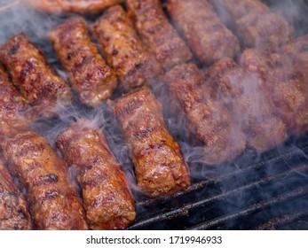 Hackfleisch/Faschierte oder Miki-Kochen auf Grill traditionelle romanische Balkan ottoman Gericht 1. Mai Arbeitstag Feier