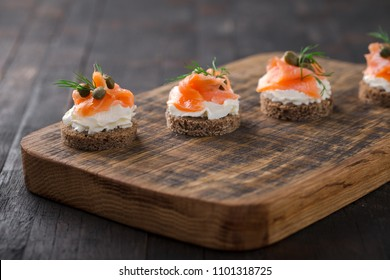 Mini catering sandwiches with cream cheese, smoked salmon, capers and dil.