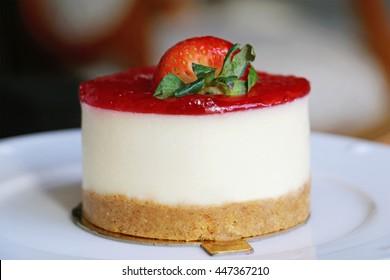 mini round strawberry cheesecake close view
