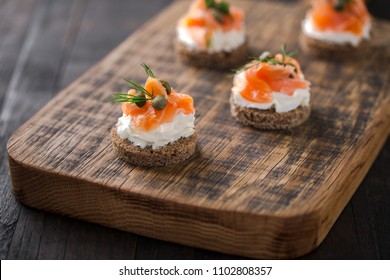 mini sandwiches with cream cheese, smoked salmon, capers and dil