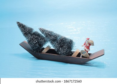the mini Santa Claus shipment the christmas tree