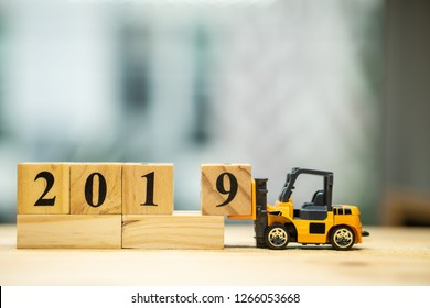 Miniature forklift lift up year 2019 wooden block