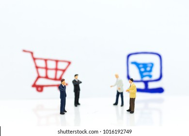 Miniature people : Businessman Integrating ideas between online and offline businesses. Image use for retail business, marketing place concept.