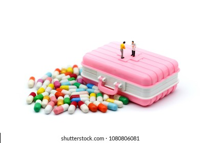 Miniature people : Doctor and patient Pill capsules , Pill Box for polypharmacy Large pill box for individual weekly pill storage