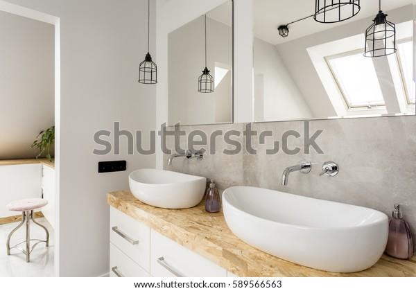 Minimalistisches Badezimmer mit zwei Waschbecken und Holzverkleidung
