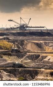 Equipo minero en una mina a cielo abierto de carbón marrón.