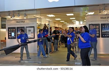 MINNETONKA MN. - APRIL 3:  Apple employees greet customers on Ipad launch day, April 3, 2010, at the Apple Store in Minnetonka, Mn.
