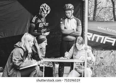 Minsk October 15, 2017 Bike ride Women write down and men look