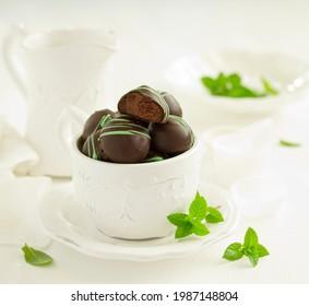 Les chocolats à la truffe à la menthe.  Mise au point sélective.
