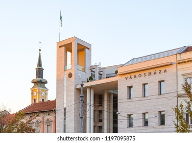 """Miskolc City Hall (with """"city hall"""" written on it in Hungarian) in the sunset."""