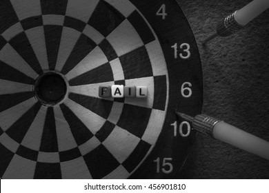 The missiles missed the target and dart and / Photo by concepts of success and failure.