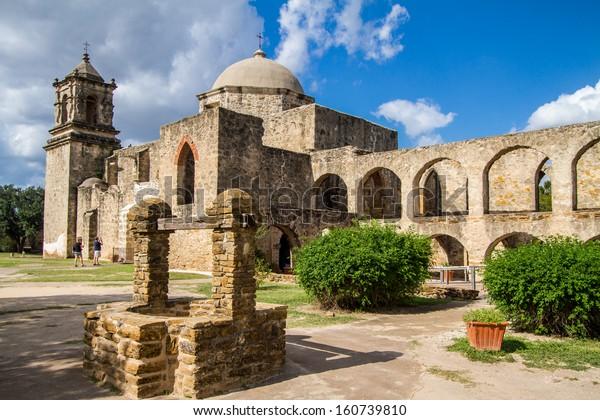 Mission San Jose est une mission catholique historique à San Antonio, Texas, États-Unis. Elle a été fondée en 1720 par Fray Antonio Margil de Jesus.