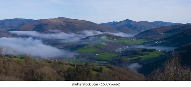 Niebla por la mañana en el Valle del Baztán, de Urroz, Navarra