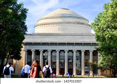 MIT students walking towards the famous dome, Massachusetts Institute of Technology in Boston, MA USA, 12 Jun 17