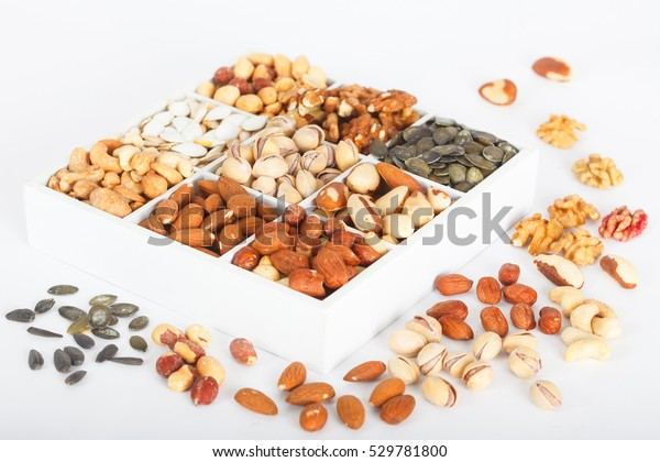 Mix ořechů v dřevěné krabici: ořech, para ořech, pistácie, mandle, arašídy, kešu, lískových oříšků a dýňových semen