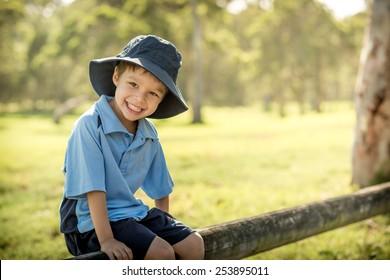 Misto raça asiática menino caucasiano alegremente começa seu primeiro dia de escola